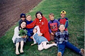 子供達に囲まれて楽しそうな五十嵐さん